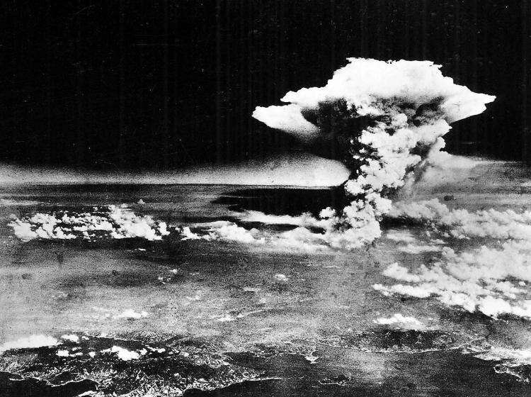 Šestega in devetega avgusta 1945 človeštvo prvič in drugič spoznalo uničevalno moč atomske bombe